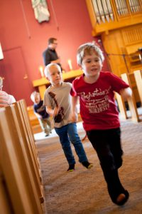 Barn springer till Söndagsträffen i Korskyrkan Mariestad